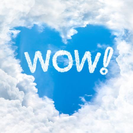 wow: wow palabra en el cielo azul en el interior de la nube forma de coraz�n Foto de archivo