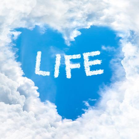 love of life: amare la Parola di vita sul cielo blu all'interno forma nuvola cuore Archivio Fotografico