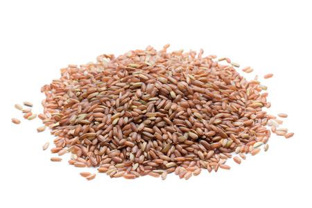 arroz: pila de arroz marrón aisladas sobre fondo blanco