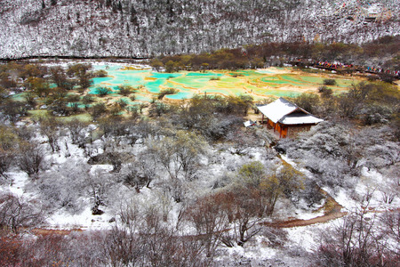 huang: Huanglong Top Area green pond in winter snow season, Sichuan, China Stock Photo