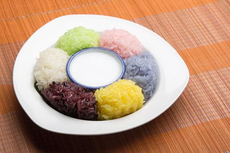 comida gourmet: postre de arroz pegajoso dulce con leche de coco en placa en el patr�n de fondo de madera