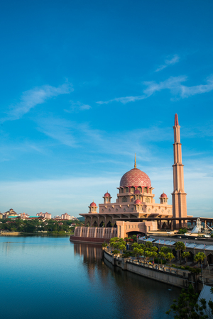 Putra Mosque or pink masjid in Putrajaya during morning time with blue sky, Malaysia. Standard-Bild