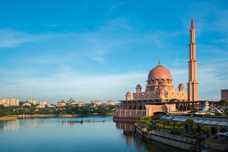 Putra Mosque or pink masjid in Putrajaya during morning time with blue sky, Malaysia. Imagens
