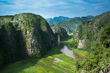 川 TamCoc、Ninhbinh、ベトナムで「Ngo 洞」を観光旅行ツーリストためのハング Mua ビュー ポイントの上部山谷川ストリーム 写真素材
