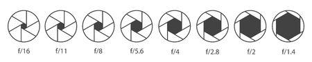 Kreative Vektorillustration der Kameraverschlussöffnung mit verschiedenen ISO lokalisiert auf transparentem Hintergrund. Kunstdesign monochrome Diagrammsammlung. Grafisches Element des abstrakten Konzepts