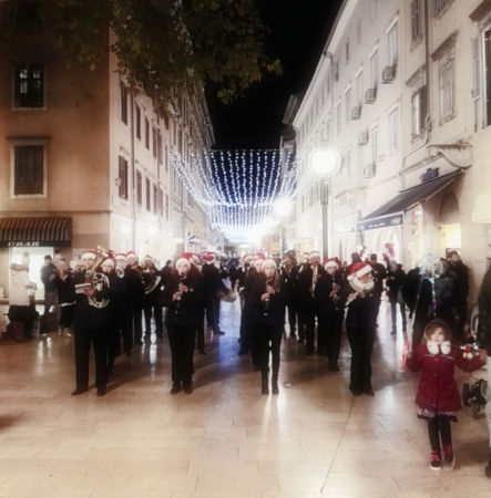 Rijeka, Croatia, December 12, 2018. Christmas fairy tale with music performance on the street 新聞圖片