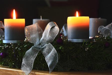 Advent krans met brandende kaarsen