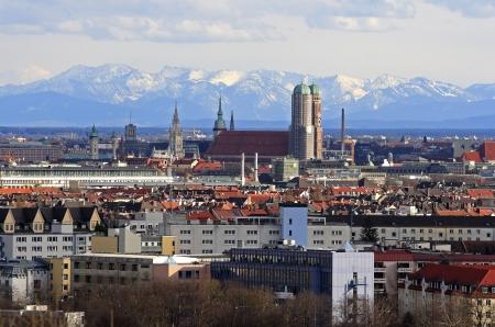 Stad München met uitzicht op de alpen