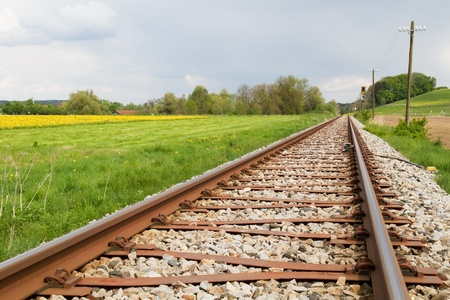 Spoorlijn in het voorjaar in Duitsland