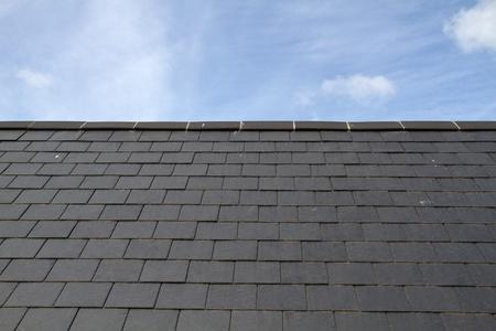 Leien dak tegen de blauwe hemel op het eiland Jersey
