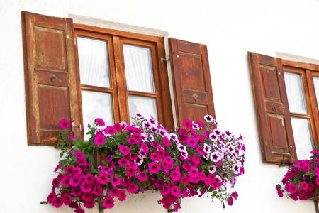 Windows met bloem decoratie in de stad Mittenwald, Beieren Stockfoto