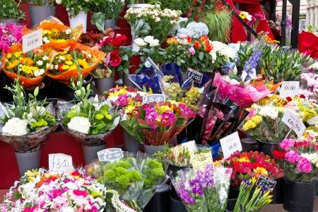 arreglo floral: Coloridas flores en una tienda de flores en un mercado Foto de archivo