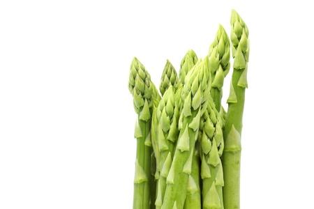 Verse groene asperges op wit
