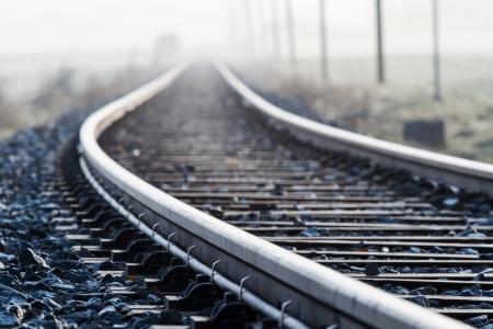 Die Bahnlinie im Morgennebel auf dem Land Bayern, Deutschland Standard-Bild - 13942087