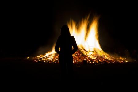 Vieren midzomer met een grote brand Stockfoto
