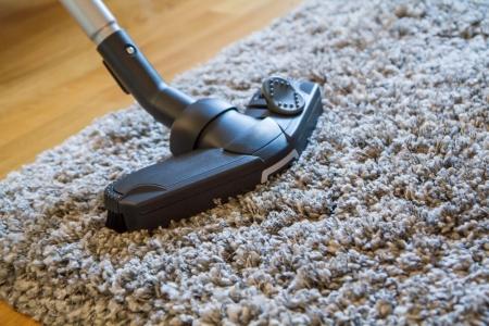 personal de limpieza: Aspirador para poner en orden la sala de estar