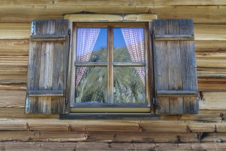 Finestra di una tipica baita di montagna in Italia, Europa Archivio Fotografico - 15711201