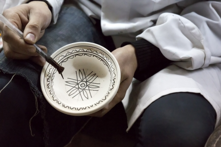 Potter painting products in a pottery Standard-Bild