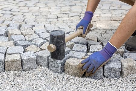 Bestrating werkt met nieuwe granieten stenen