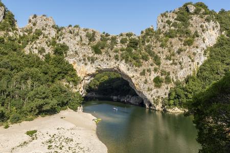 Famoso puente de arco y el río Ardèche, Francia