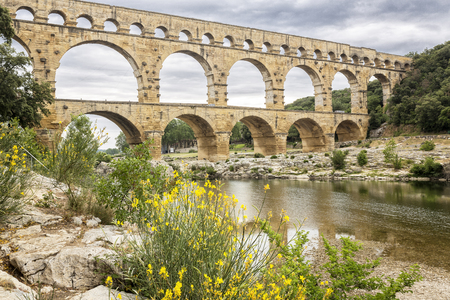 Aqueduc historique du pont du Gard dans le sud de la France