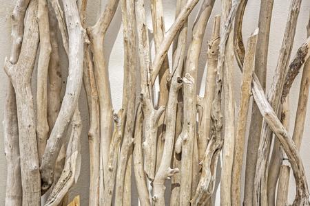 Drijfhout leunend tegen een muur Stockfoto