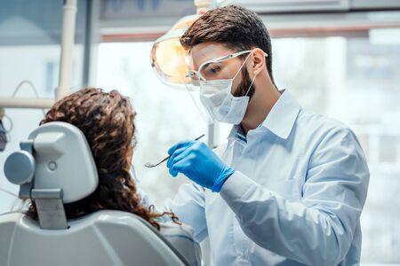 Lavoro del dentista con il cliente nella clinica odontoiatrica. Concetto di assistenza sanitaria e medicina.
