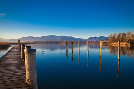 Am frühen Morgen an einer Anlegestelle in See Chiemsee Standard-Bild - 39050800