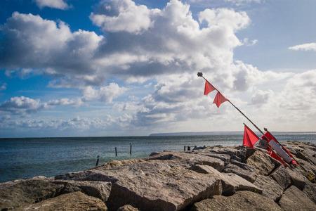boyas: El equipo de pesca y boyas en el puerto