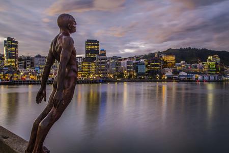 Wellington skyline met sculptuur 's nachts