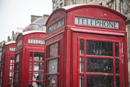 cabina telefonica: Red boxes on the Royal Mile in Edinburgh, Scotland, UK. Vintage and retro style.