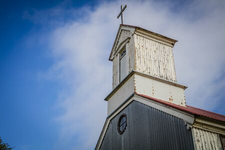 Traditional quaint Icelandic corrugated iron church with red roof Standard-Bild - 145583807