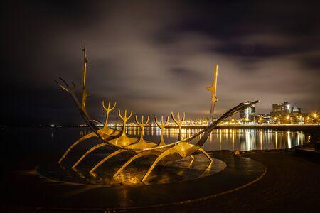 Solfar Sun Voyager metal Viking ship in Reykjavik, Iceland facing the harbor waterfront Standard-Bild