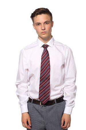 Apuesto joven empresario con camisa blanca aislado en blanco.