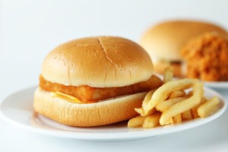 Close-up van de verse fishburger met frietjes.