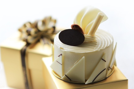white chocolate cake on gift box Standard-Bild