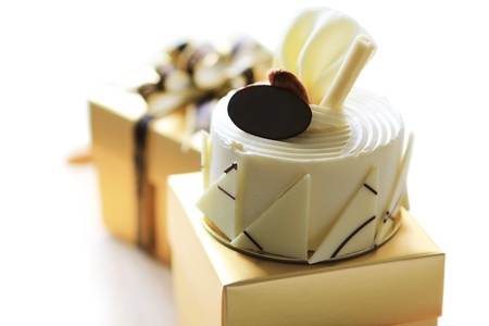 white chocolate cake on gift box Stockfoto