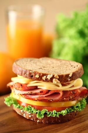 jamon y queso: Un deli sándwich fresco con tomate