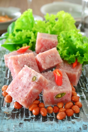 thai gefermenteerd varkensvlees met pinda en groenten Stockfoto