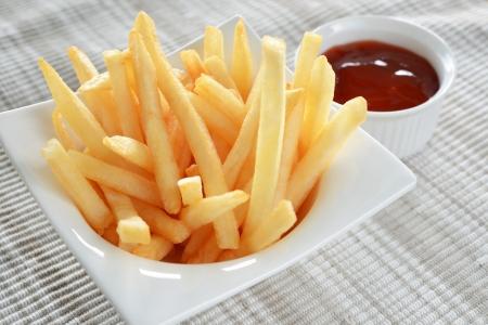 papas fritas: close-up de las patatas fritas en la copa y la salsa de tomate Foto de archivo