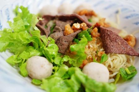 Kom van Thai Noodle met varkensvlees lever en gehaktbal
