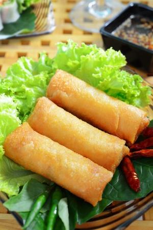 knapperige loempia's op duidelijke schotel met groenten