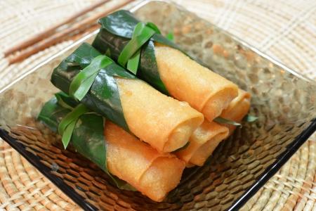 Krokante Chinese traditionele Spring rolls voedsel op schotel Stockfoto