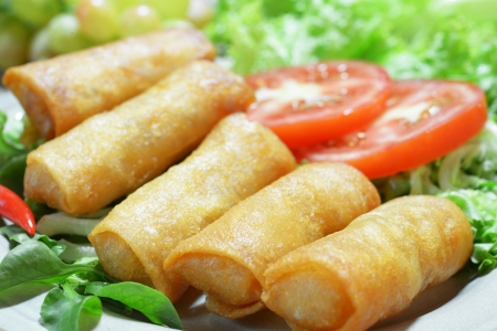 Crispy Chinese Traditional Frühlingsrollen Essen auf Teller Standard-Bild - 16434284