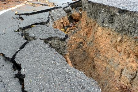 laag van gebroken asfaltweg op het platteland.
