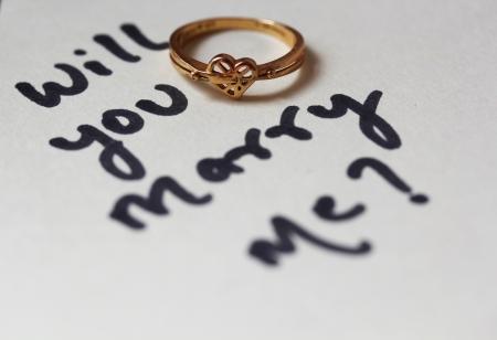 Wil je me Voorstel tekst geschreven met hartvormige trouwring trouwen