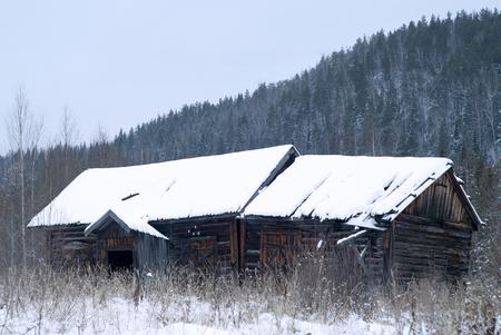 ruines d'une cabane en bois abandonnée dans le paysage d'hiver Banque d'images