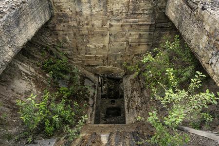 dilapidated entrance bin of abandoned mine rock crusher Foto de archivo - 106955101