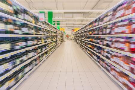 Innenraum der Weinabteilung des Lebensmittelsupermarktes in radialer Unschärfe