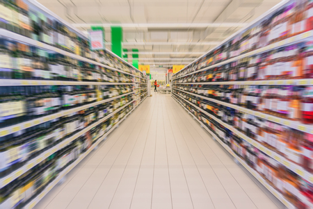 interno del reparto vini del supermercato in sfocatura radiale